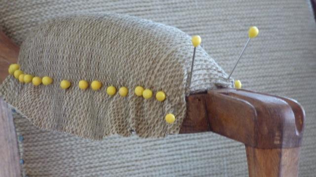 renovation d'un accoudoir de voltaire par un tapissier pour hotel la tonnellerie entre orleans et blois