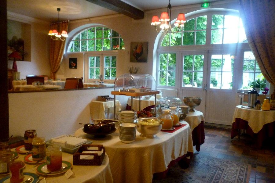Le buffet des petit déjeuner de l'hôtel la Tonnellerie avec de nombreux produits maison et bio