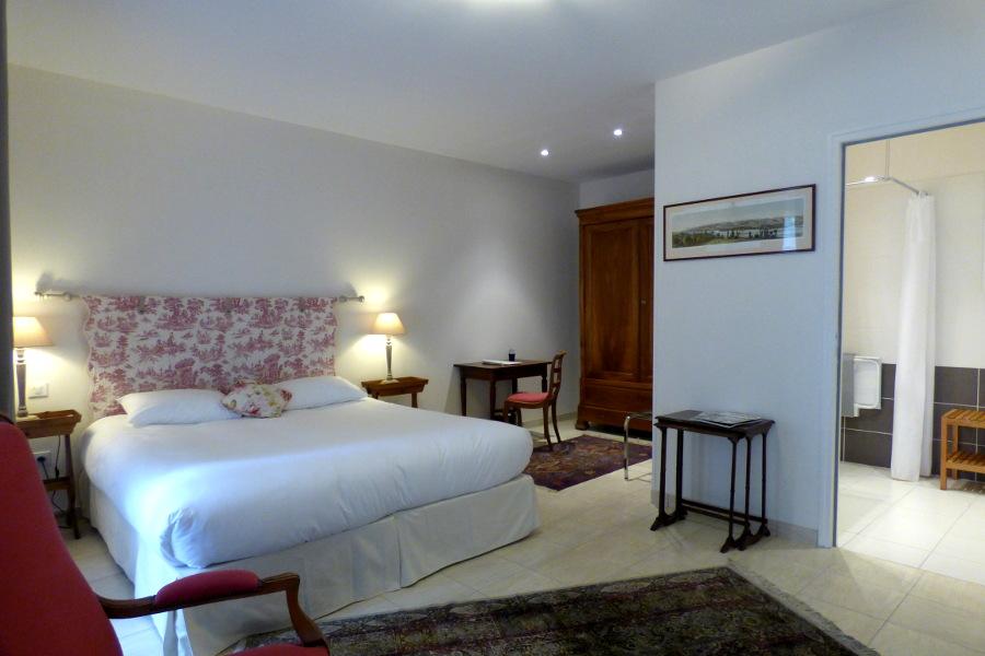 Chambre de l'hôtel la Tonnellerie adaptée pour les personnes à mobilité réduite