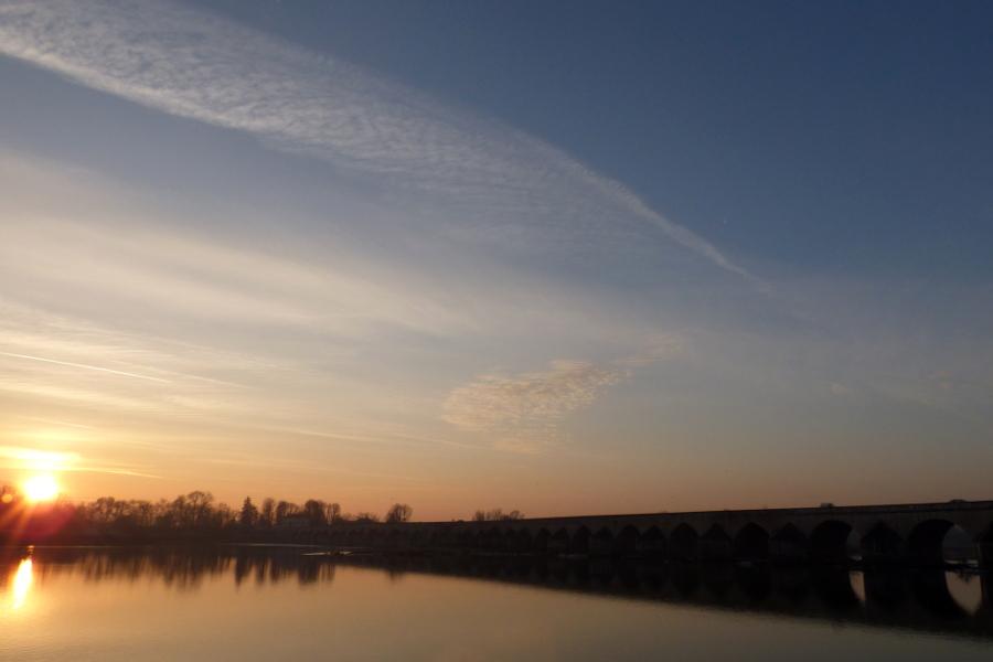 Coucher de soleil sur la pont de Beaugency dans le Val de Loire