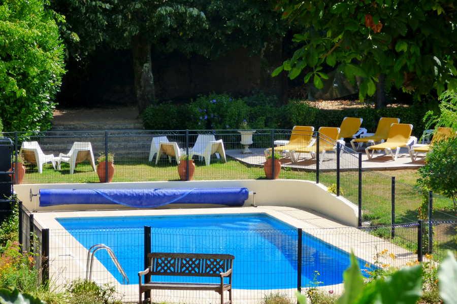 La piscine dans le jardin de l'hôtel la Tonnellerie