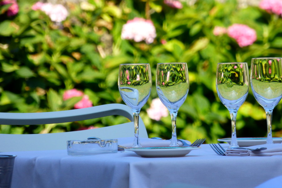 terrasse fleurie de l'hotel la Tonnellerie dans le Val de Loire