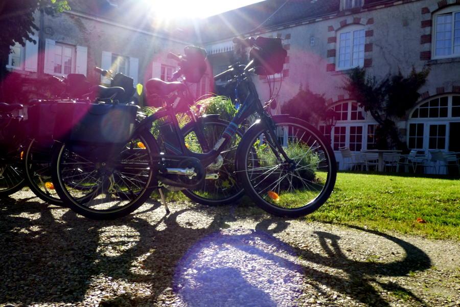Vélos électrique de location devant la terasse de l'hôtel la Tonnellerie entre Orléans et Blois