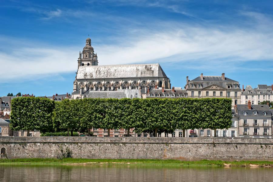 Cathedrale de Blois dans le Loir et Cher vue de la rive sud du fleuve la Loire