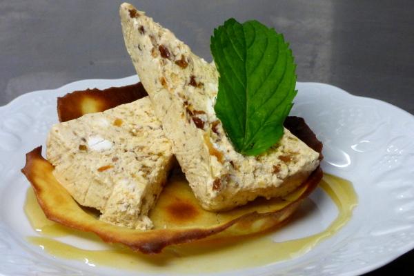 Assiette de nougat glacé confectionné par l'hôtel la Tonnellerie près de Beaugency