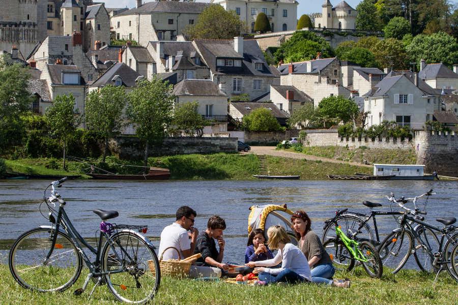 Pique nique en famille sur le parcours de la Loire à vélo au milieu des chateaux de la Loire