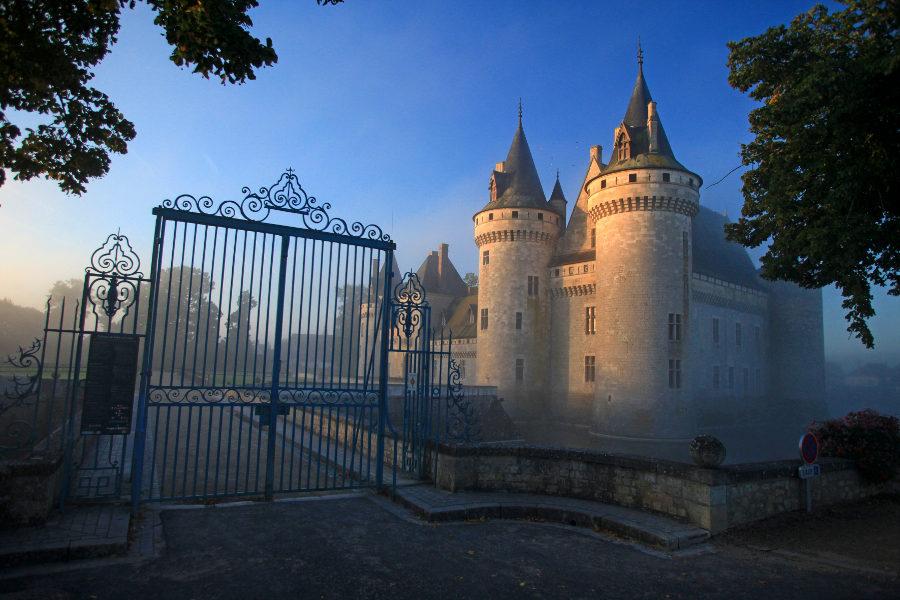 Chateau de Sully sur Loire dans le Val de Loire sur la route des chateaux de la Loire