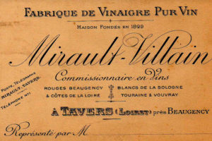 Etiquette historique montrant l'activité passée dans la maison de l'hôtel la Tonnellerie de Tavers entre Orléans et Blois