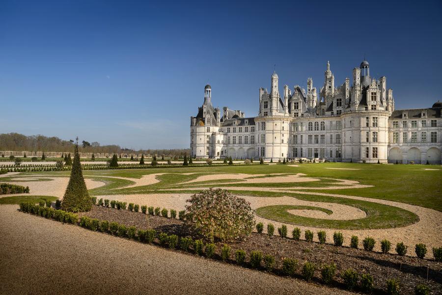 Les jardins à la Française devant le Chateau de Chambord dans le Val de Loire