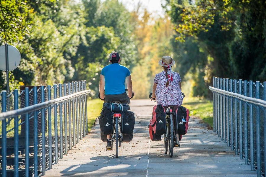Couple en vélo sur le circuit de la Loire au milieu des chateaux de la Loire