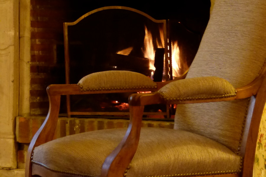 fauteuil devant la cheminée de l'hôtel la Tonnellerie près de Beaugency dans le Val de Loire
