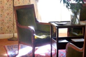 fauteuil ancien dans le salon de l'hotel la Tonnellerie de Tavers Beaugency