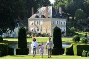 Famille se promène dans les jardins du Plessis Sasnières dans le Val de Loire