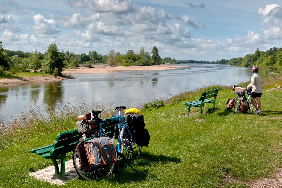 cyclistes au repos sur les bords de Loire sur le parcours de la Loire à vélo
