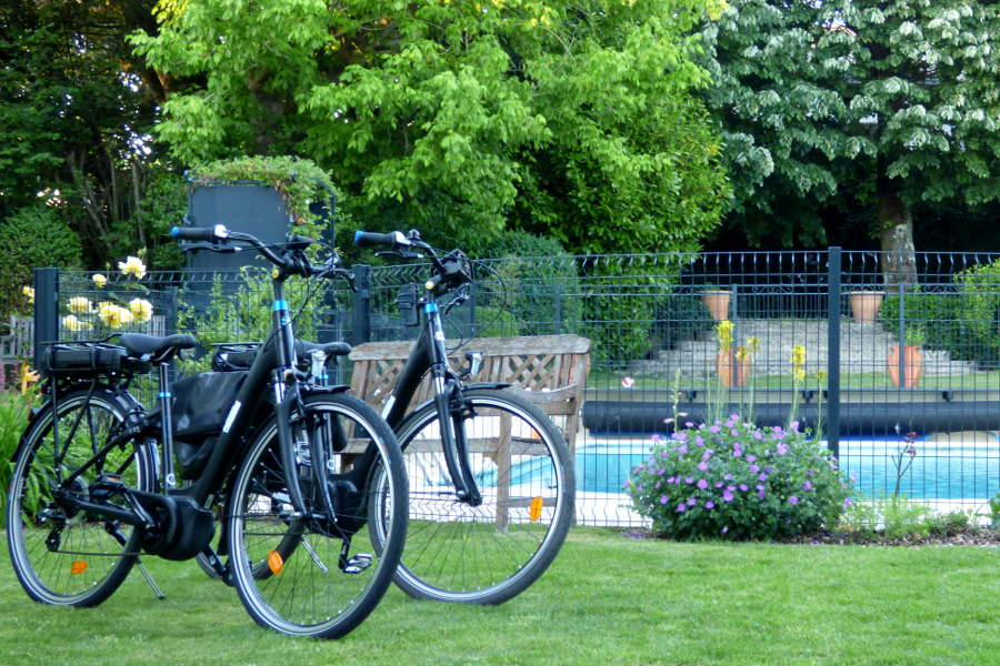 vélos électriques devant la piscine de l'hotel de charme la Tonnellerie à Tavers Beaugency