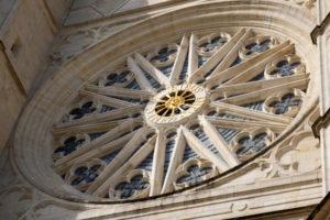 Rosace de vitraux sur une face laétrale de la cathedrale d'Orléans dans le val de Loire