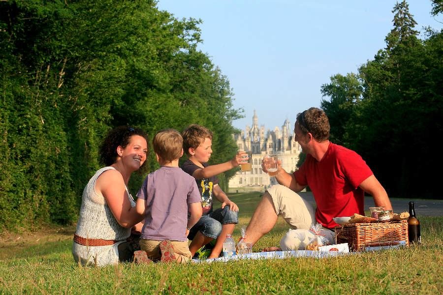 Une famille pique-nique devant le chateau de Chambord dans le Val de Loire près de Blois