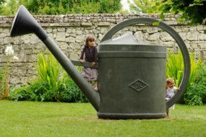 enfants jouent dans le parc du jardin du RIvau dans le val de Loire