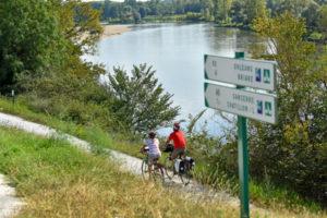 vélos en bord de Loire sur le circuit de la Loire a velo dans la région des chateaux de la Loire