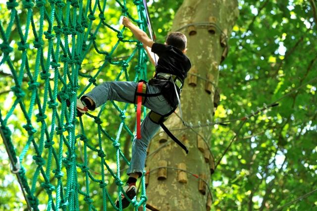 Un enfant dans l'acrobranche de Léo parc aventure d'orleans