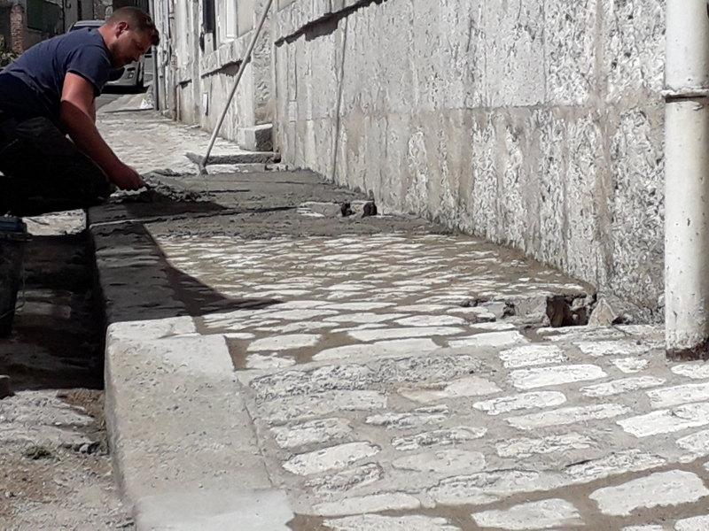 renovation du trottoir devant l'hotel la Tonnellerie de Tavers dans le Val de Loire