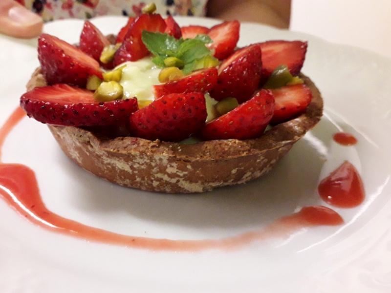 tartelette aux fraises et pistaches sans gluten sans lactose servie à l'hotel la Tonnellerie près de Beaugency
