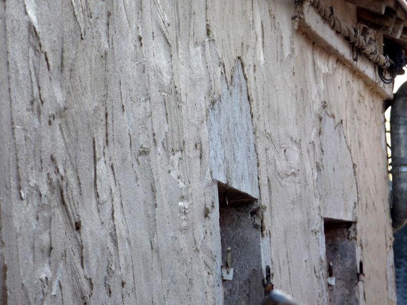 enduit posé avant gratatage des pierres apparentes sur la façade de hotel ecolabel logis la tonnellerie dna sle loiret