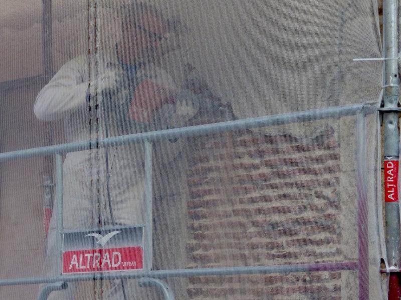 piquage de la façade pour la ravalement de l'hotel logis la tonnellerie de tavers entre orléans et blois