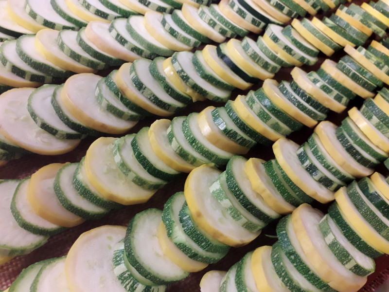 tian de courgettes avant cuisson dans la cuisine de hotel ecolabel la tonnellerie de tavers près de Beaugency