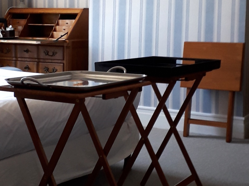 Essai de tables pour le service en chambre obligatoire durant la crise du covid19 à l'hotel la Tonnellerie entre Orléans et Blois