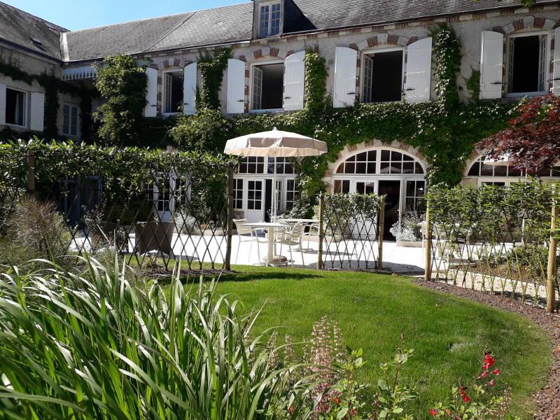 Terrasse dans le jardin de l'hotel la Tonnellerie de Tavers dans la région des Chateaux de la Loire